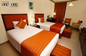 سرير أو أسرّة في غرفة في فندق ومنتجع ون تو ون عين الفايضة