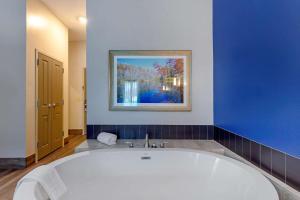 A bathroom at Comfort Inn & Suites East Ellijay
