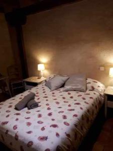 A bed or beds in a room at La Pedraza B