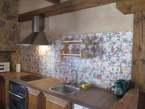 A kitchen or kitchenette at La Pedraza B