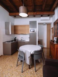 A kitchen or kitchenette at Residenza Roccamaggiore