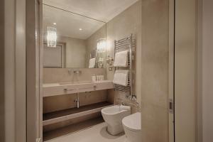 A bathroom at Palazzo Nainer