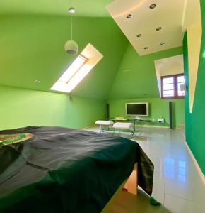 Posteľ alebo postele v izbe v ubytovaní Apartmán podkrovie Nedožery Brezany