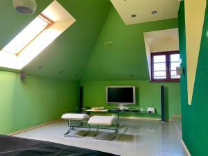Televízia a/alebo spoločenská miestnosť v ubytovaní Apartmán podkrovie Nedožery Brezany
