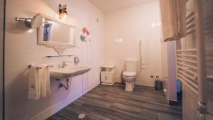 Uma casa de banho em Arca dos Animais - Farming & SPA