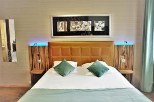 A bed or beds in a room at The Originals City, Archotel, Sens (Inter-Hotel)
