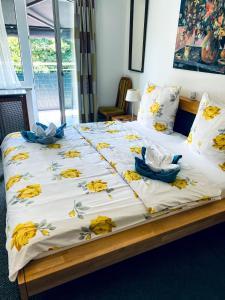 Ein Bett oder Betten in einem Zimmer der Unterkunft Gartenhotel Garni Pension B&B