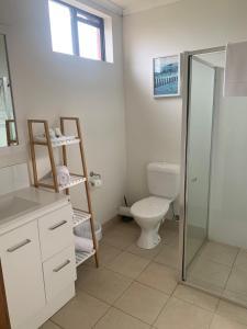 A bathroom at Ploughmans Motor Inn