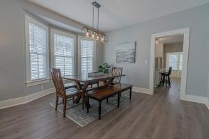 Uptown Cottage Newly Updated Home Near the Strand Galveston Harbor and UTMB