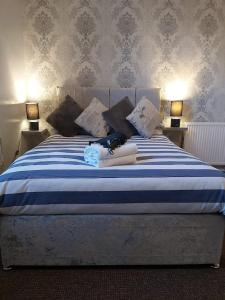 A bed or beds in a room at The Vale Apart Hotel