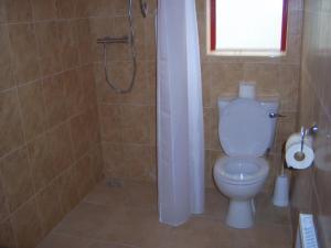 A bathroom at Valley Lodge Farm Hostel