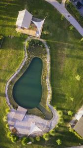 Een luchtfoto van Glamping Kolpa Resort