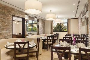 Ресторан / где поесть в Ramada Hotel & Suites by Wyndham Ajman