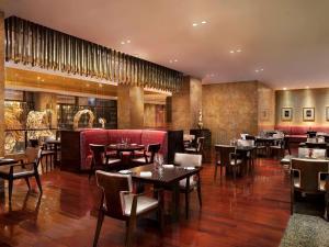 Un restaurante o sitio para comer en Fairmont Beijing