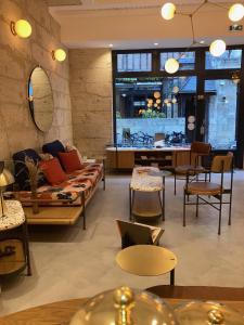 The lounge or bar area at Hôtel L'Adresse