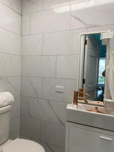 A bathroom at Clonmel Castle