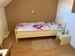 A bed or beds in a room at Vinarija Zlatar