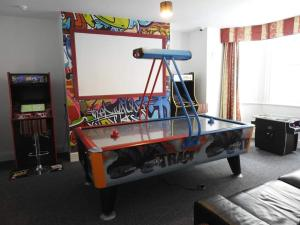 A billiards table at Backpackers Blackpool - Family friendly
