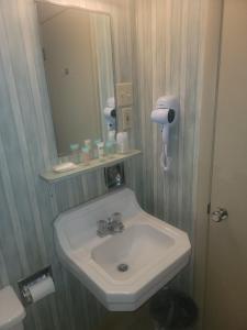 A bathroom at Medina Inn