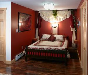 A bed or beds in a room at Fiddlerslake B&B and Apartment