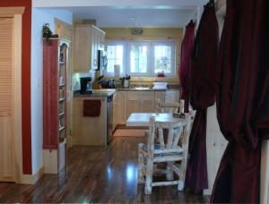 A kitchen or kitchenette at Fiddlerslake B&B and Apartment