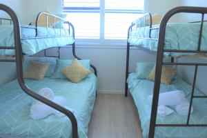 A bunk bed or bunk beds in a room at Ocean Whispers - Pets, WiFi, 300m Beach, 3 Bdrm, Linen