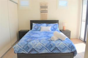 A bed or beds in a room at Ocean Whispers - Pets, WiFi, 300m Beach, 3 Bdrm, Linen