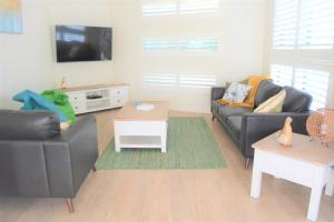 A seating area at Ocean Whispers - Pets, WiFi, 300m Beach, 3 Bdrm, Linen