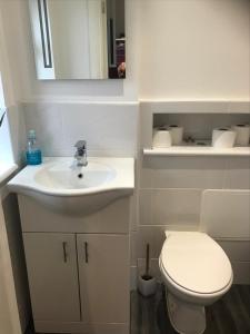 A bathroom at Shirley-Oaks