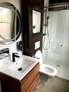 A bathroom at Hotel Du Commerce