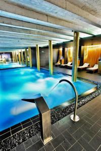 Der Swimmingpool an oder in der Nähe von Hotel Albrecht