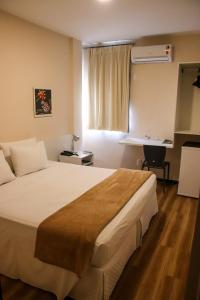 A bed or beds in a room at Hotel Acalanto