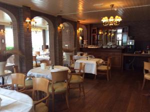Ein Restaurant oder anderes Speiselokal in der Unterkunft Hotel de Admiraal