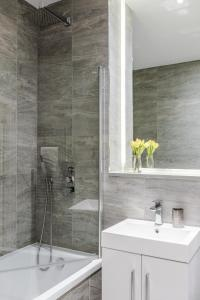 A bathroom at Luxury Studio Apartment St Albans - Free WiFi and Parking with Amaryllis Apartments