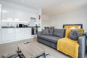 A seating area at Luxury Studio Apartment St Albans - Free WiFi and Parking with Amaryllis Apartments