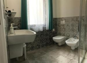 A bathroom at CENTRALE