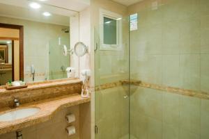 A bathroom at Pontalmar Praia Hotel