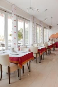 A restaurant or other place to eat at Hotel Vali Dramalj
