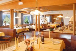 Un restaurante o sitio para comer en Piccolo Hotel Sciliar