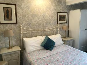 A bed or beds in a room at Acorn Guest House in Hull