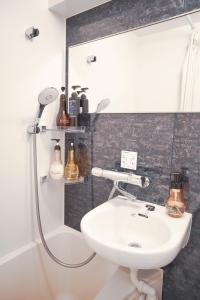 A bathroom at ホテル プレジール秋葉原 昭和通り口