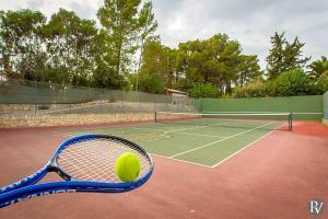 Tennis and/or squash facilities at Carvoeiro Villa Sleeps 14 Pool Air Con WiFi or nearby