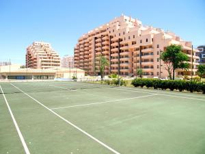 Tennis and/or squash facilities at Apartamentos Paraíso Sol da Rocha or nearby