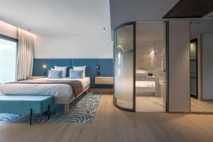 A bed or beds in a room at Rivage Hôtel & Spa Annecy