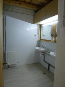 A bathroom at El Cabirol