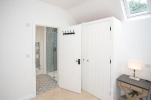 A bathroom at New Annexe in Picturesque Location Close to London