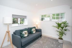 A seating area at New Annexe in Picturesque Location Close to London