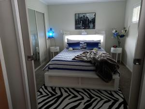 A bed or beds in a room at The Fish and Jandal