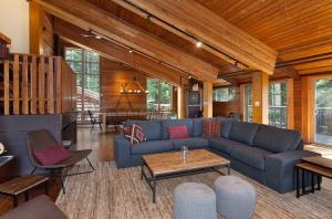 Een zitgedeelte bij Whistler Lodge Hostel