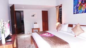 A bed or beds in a room at Villa Kemuning
